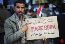 Generation Facebook? Ein Demonstrant mit Transparent in Kairo